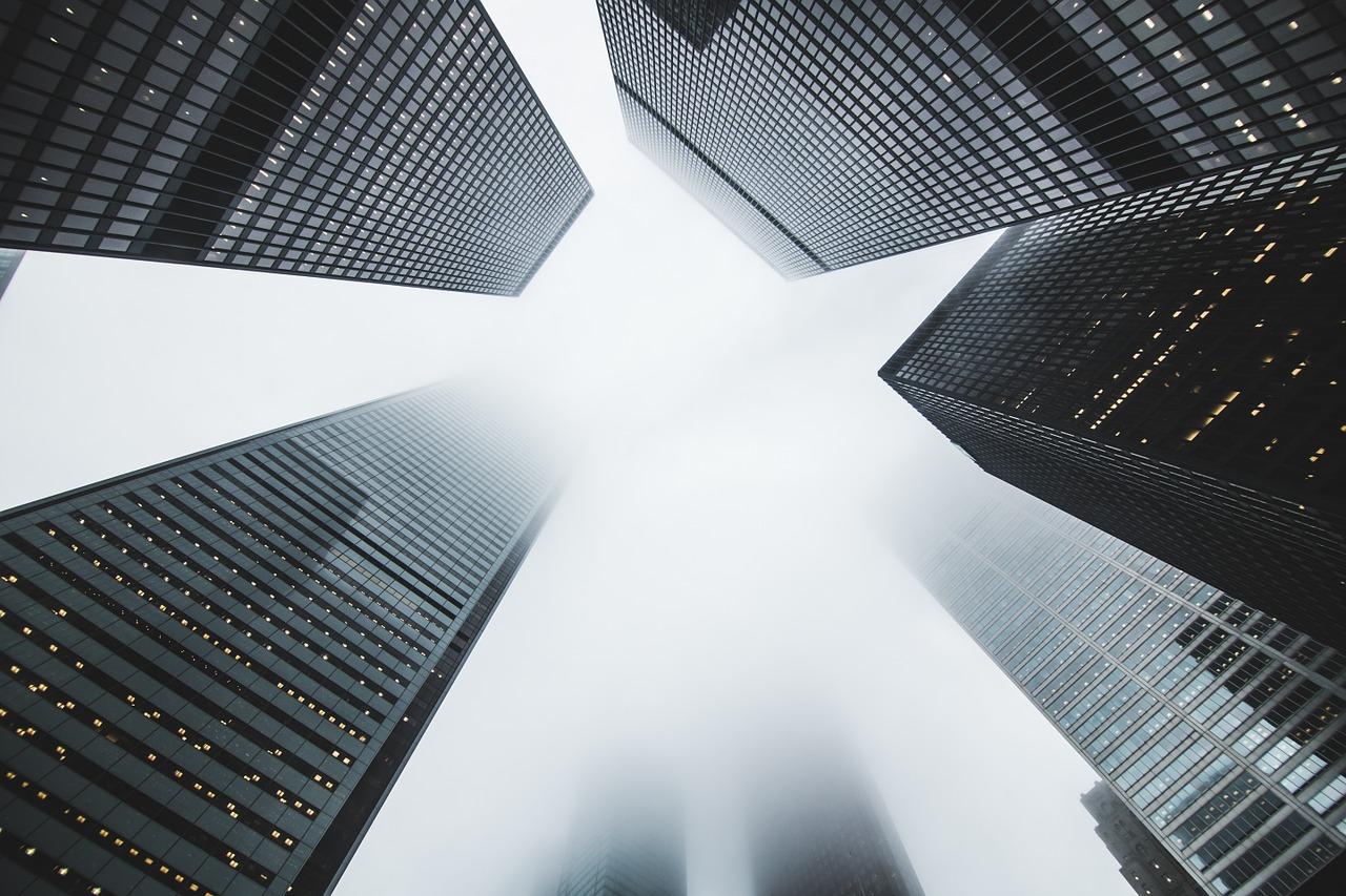 Blick von unten auf Wolkenkratzer, Bild in Schwarz/Weiß