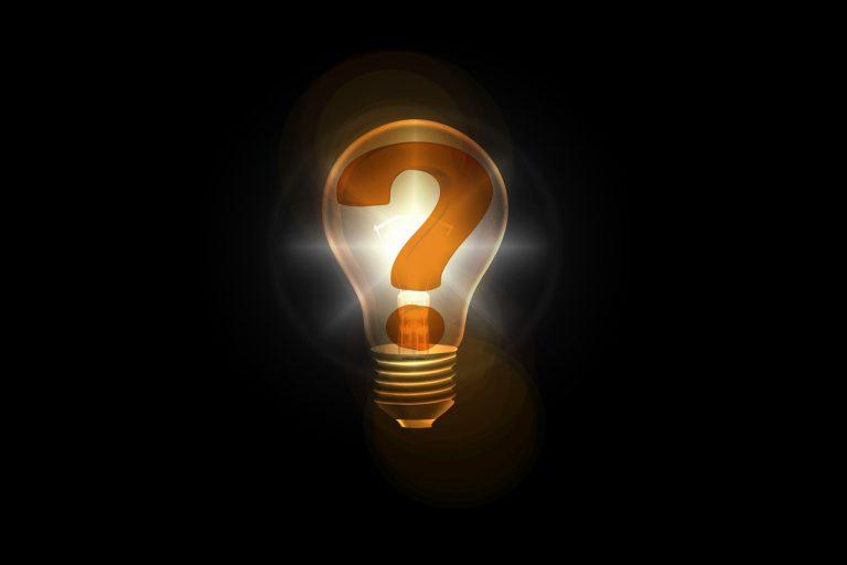 leuchtende Glühbirne mit einem Fragezeichen darin